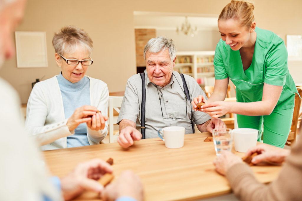 Altenpflegerin betreut Senioren